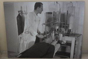 Treatment of TB in the 1920s with respiratory analysis device. This was a photo taken at Zonnestraal. Note: This could easily be a scene from a sci-fi movie.